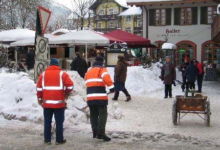 欧洲普降大雪造成交通拥堵事故频发(组图)