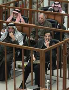 萨达姆庭审秩序较井然检察官出示更多书面证据