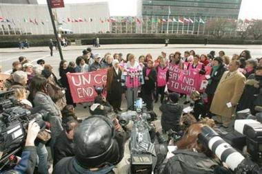 美国反战母亲在联合国总部抗议被捕(图)