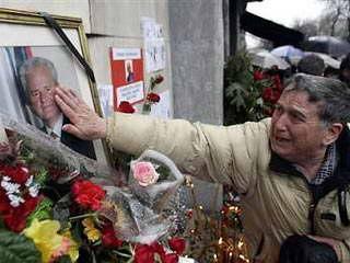 塞黑各地数万人哀悼米洛舍维奇(组图)