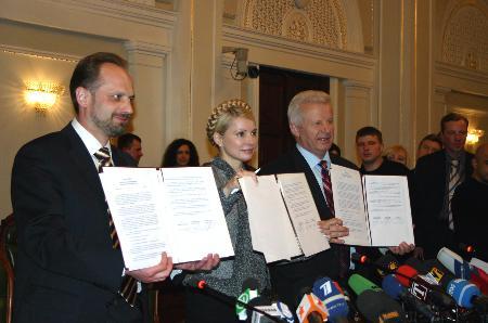 乌克兰三党签署结盟议定书形成议会多数派(图)