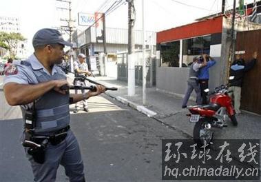 """巴西黑帮骚乱致156人死亡警方被指""""屠杀"""""""