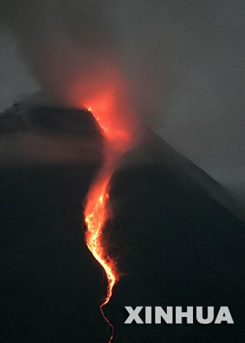 印尼默拉皮火山喷发造成数千人患病[组图]