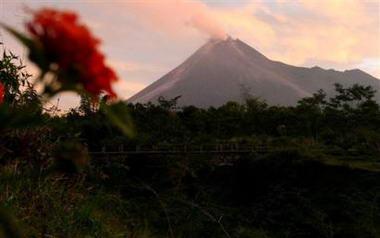 印尼默拉皮火山喷出熔岩与浓烟(组图)