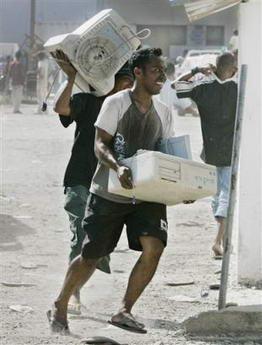 东帝汶近千人在首都哄抢政府财物(组图)
