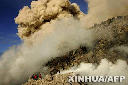 组图:默拉皮火山可能全面喷发