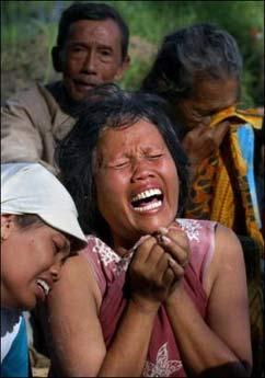 印尼地震幸存者:16岁儿子挖出了我
