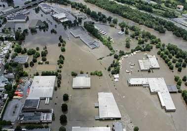 美国东部洪灾已造成12人死亡20万人撤离(图)