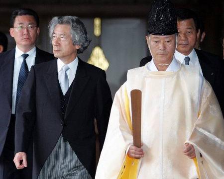 日本首相小泉今天再次参拜靖国神社(组图)