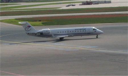 资料图片:机场上的CRJ-100型客机