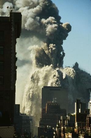 资料图片:世贸中心遭飞机撞击发生倒塌