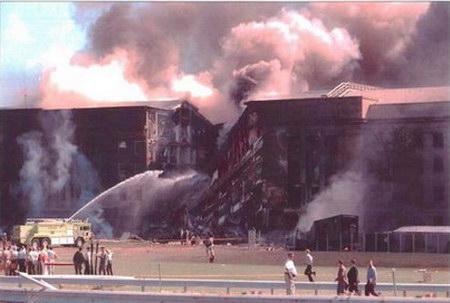 布什在世贸遗址向911遇难者献花圈