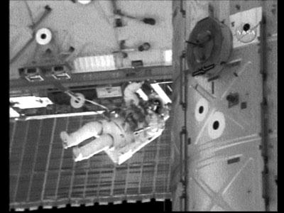 航天飞机机械臂将结构组件传递给空间站机械臂