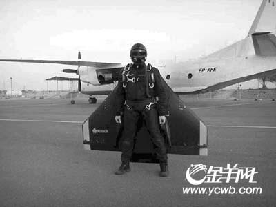 """""""人肉飞机""""时速220公里"""
