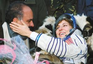 世界首位女太空游客返回地球