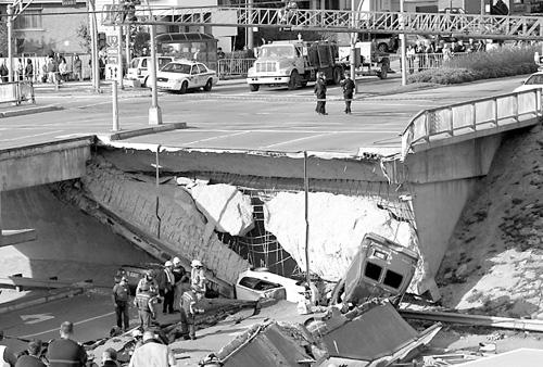 加拿大一立交桥倒塌图片