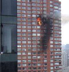 一架小飞机撞上纽约一座高层建筑(组图)