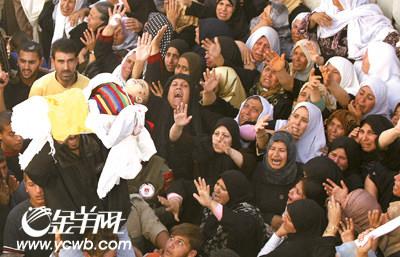 巴勒斯坦数万民众为以军炮火下遇难者送葬
