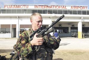 电70名新西兰军警18日抵达发生骚乱的汤加王国首都努库阿洛法,协图片