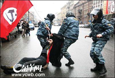俄罗斯圣彼得堡爆发6000人反普京游行(组图)
