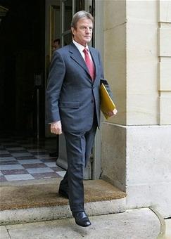 法国总理菲永任命库施纳为外长(图)