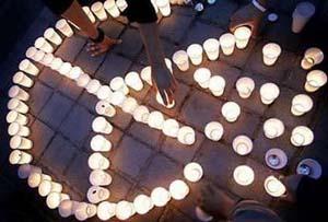 图文:居民点燃蜡烛纪念系列爆炸中的遇难者