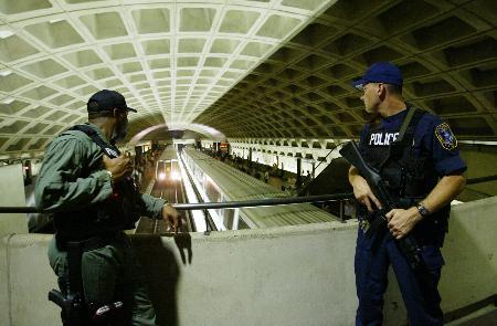 图文:警察在华盛顿一个地铁站内持枪警戒