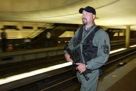 图文:警察在地铁站内持枪巡逻