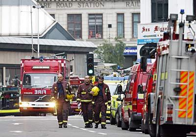 图文:爆炸发生后现场的消防队员