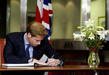 图文:英国威廉王子悼念恐怖袭击遇难者
