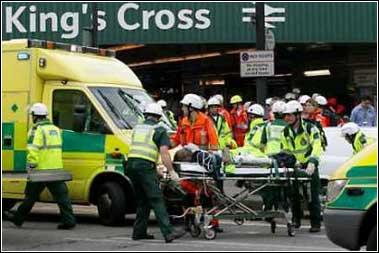 图文:医务人员在伦敦街头抢救伤者