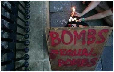 图文:为伦敦连环爆炸死难者祈祷