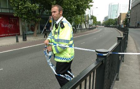 图文:警察在沃伦街地铁站附近重新拉上警戒线