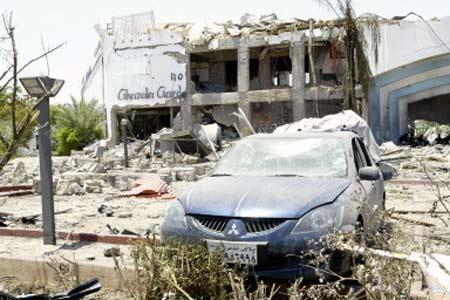 小汽车 三菱 爆炸现场/爆炸现场一辆被炸毁的三菱小汽车