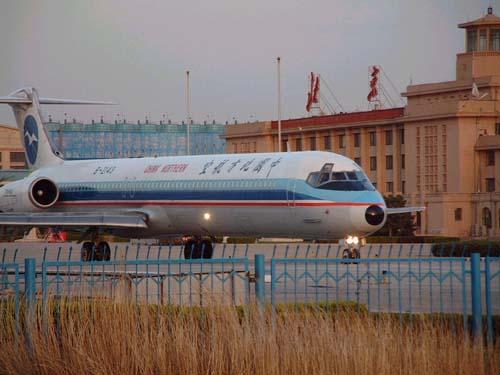 资料图片:停在首都机场的一架麦道82飞机