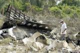 图文:救援人员在飞机残骸中穿行