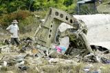图文:救援人员查看飞机残骸