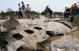 图文:救援人员观察飞机残骸