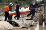 图文:救援人员搬运遇难者尸体