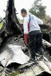 图文:救援人员在飞机失事现场查看