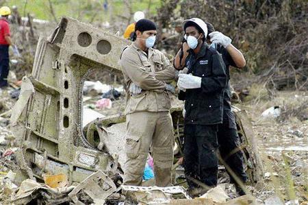 图文:救援人员站在事故现场