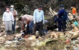 图文:救援人员搜寻尸体