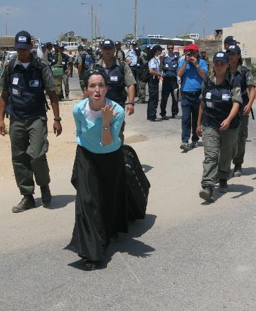 图文:女青年在士兵的押送下离开定居点