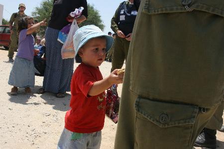 图文:儿童在定居点给以色列士兵和警察送点心