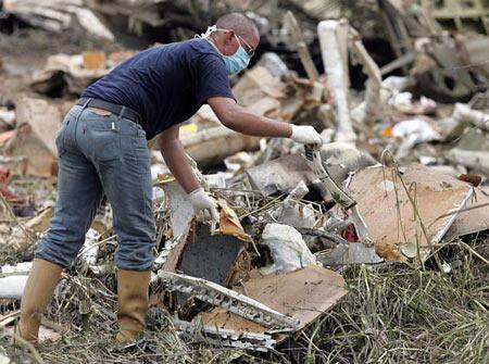 图文:救援人员在客机残骸中搜寻