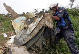 图文:一名救援人员清理飞机残骸