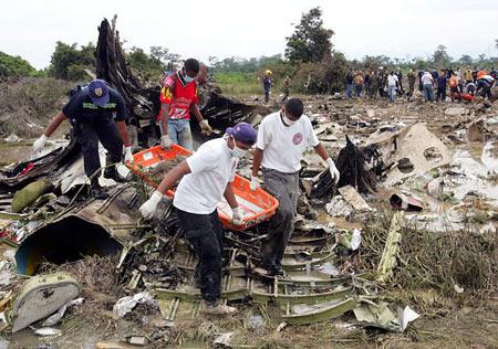 图文:哥伦比亚客机失事现场一片狼藉