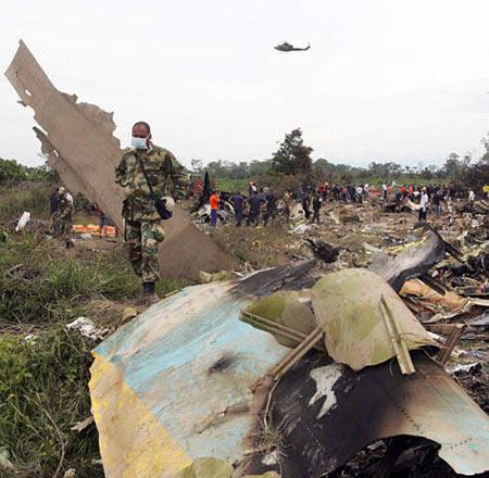 图文:委内瑞拉国民卫队清理飞机失事现场