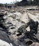 图文:救援人员在废墟上搜寻
