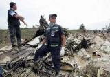 图文:救援人员站在飞机残骸上